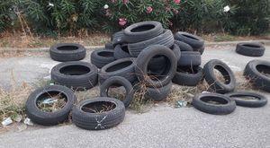 Napoli, discarica di pneumatici sul marciapiedi del viale Traiano
