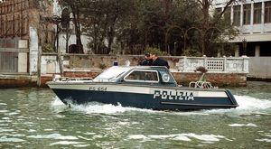 Rubano un barchino al Lido e fuggono inseguiti dal proprietario e dalla polizia: 4 ragazzi arrestati dopo un inseguimento da film per i canali di Venezia