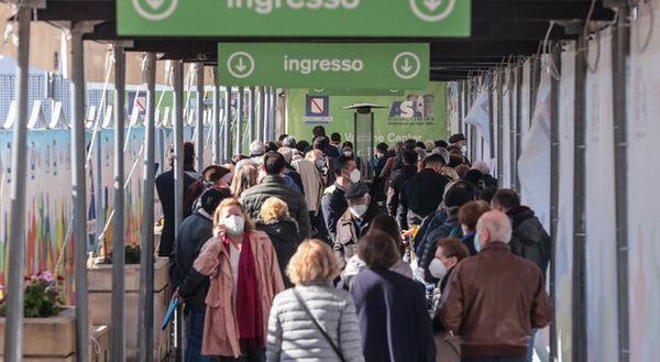 Covid a Napoli: recuperate dosi degli assenti, i centri vaccinali restano aperti