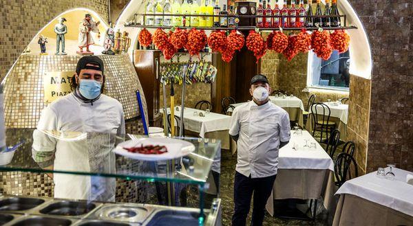 Napoli zona arancione, i ristoratori scrivono a De Luca: «Riapertura a pranzo in sicurezza»