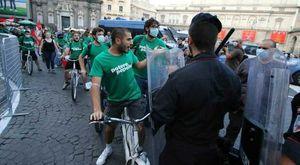 G20, sale la temperatura a Napoli: 50 attivisti forzano la «zona rossa»