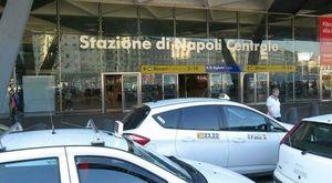 Tassisti abusivi a Napoli: multe e sequestri davanti alla stazione centrale