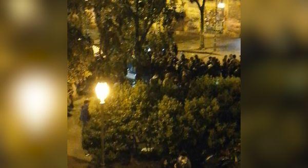 Napoli, la zona arancione non ferma i giovani in piazza Bellini: «Non è possibile, ci vogliono controlli»