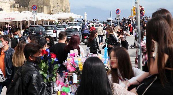 Covid in Campania, oggi 550 positivi e 28 morti: l'indice di contagio sale al 7,40%