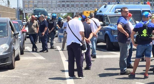 Whirlpool Napoli lavoratori marcia dalla fabbrica alla stazione centrale
