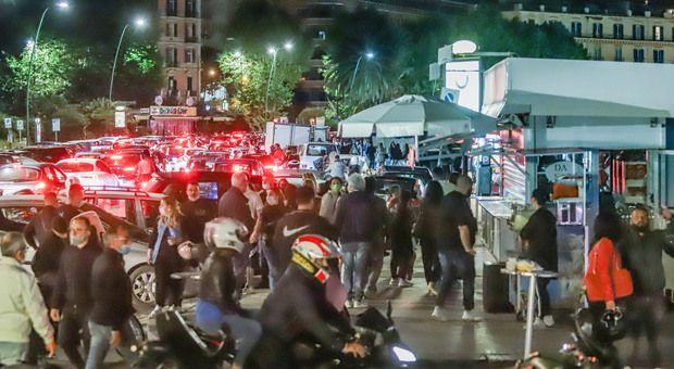 Movida Napoli sabato notte follia traffico tilt fino alle 4 sul lungomare