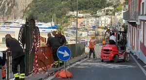 Minibus precipitato a Capri, è iniziata l'operazione di recupero