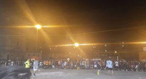 Napoli senza regole: maxitorneo di calcetto in piazza Mercato tra fumogeni, neomelodici e folla di spettatori