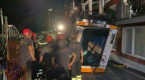 Capri, ore 21: una gru riporta in strada il bus precipitato sul lido tra lacrime e applausi