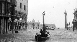 Acqua alta a Venezia, le foto della storica ondata di marea del 1966