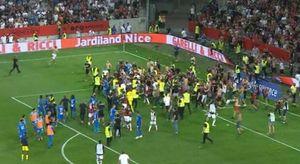 Sospesa Nizza-Marsiglia: tifosi in campo. E c'è anche un ferito