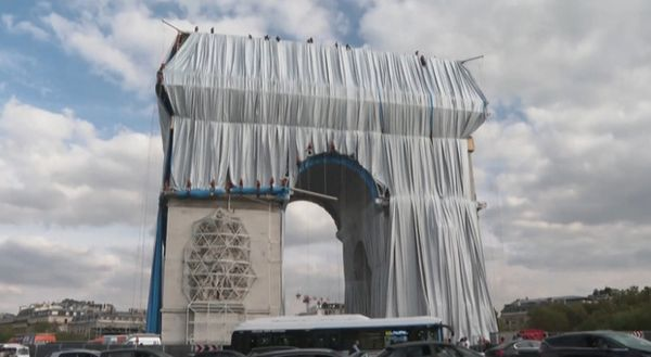 Parigi impacchetta l'Arco di trionfo, l'opera sognata da Christo