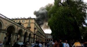 Torino, incendio divora l'ultimo piano di un palazzo in centro città