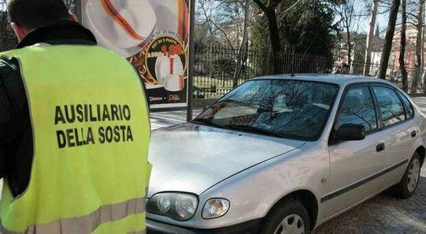 Roma, parcheggiatori con licenza: si torna a pagare dall'Eur all'Ostiense. La sosta su strisce bianche non è più gratis