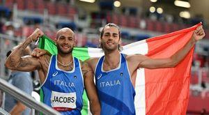 Jacobs e Tamberi l'abbraccio (con le bandiere azzurre) dopo il doppio oro alle Olimpiadi