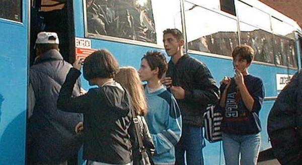 Saltano due corse di bus, studenti non riescono a rientrare a casa nel pomeriggio. Esplode la protesta