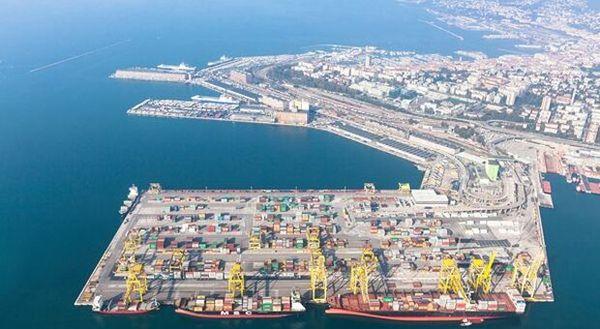 No Green Pass, la polizia sgombera il Varco 4 del porto di Trieste: la protesta si sposta in città thumbnail