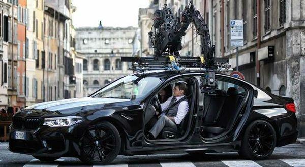 Mission Impossible a Roma, primi set per Tom Cruise: sgommate a via Panisperna e incontri al Ghetto