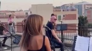 Mario Biondi canta per gli abitanti della baraccopoli di Messina