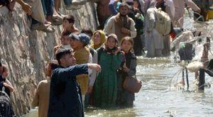Kabul, bombe sui disperati in fuga: «Ma da qui non andiamo via»