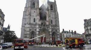 Nantes, incendio alla cattedrale. Confessa il volontario ruandese: «Avevo difficoltà con il permesso di soggiorno»