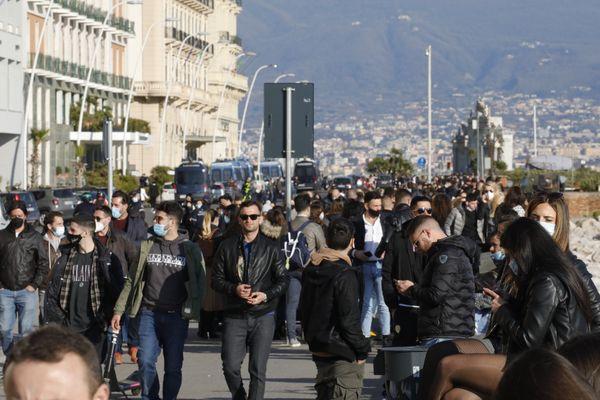 Covid a Napoli, 300 casi al giorno nell'ultima settimana