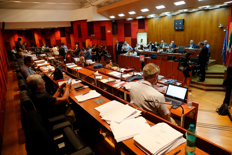 """Napoli consiglio comunale raccolte"""" 10 dimissioni"""