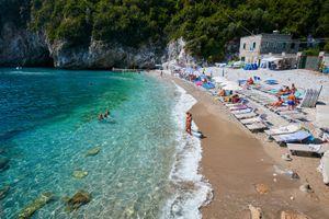 Da Castellammare a Massa Lubrense, scomparse le spiagge libere: è protesta