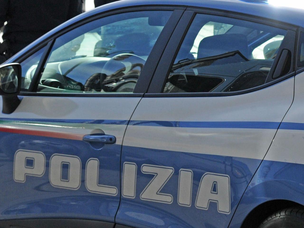 Via Stadera picchia genitori barrica casa arrestato