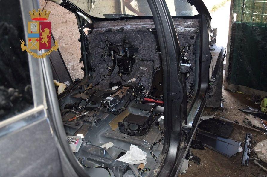 Scoperto deposito auto rubate scatta sequestro