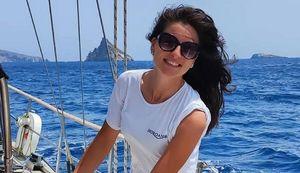 Castellammare, barca a fuoco nella notte: muore hostess 30enne
