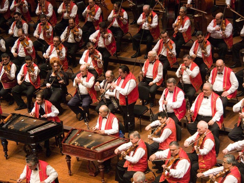 100 Tagú Cigányzenekar koncertje