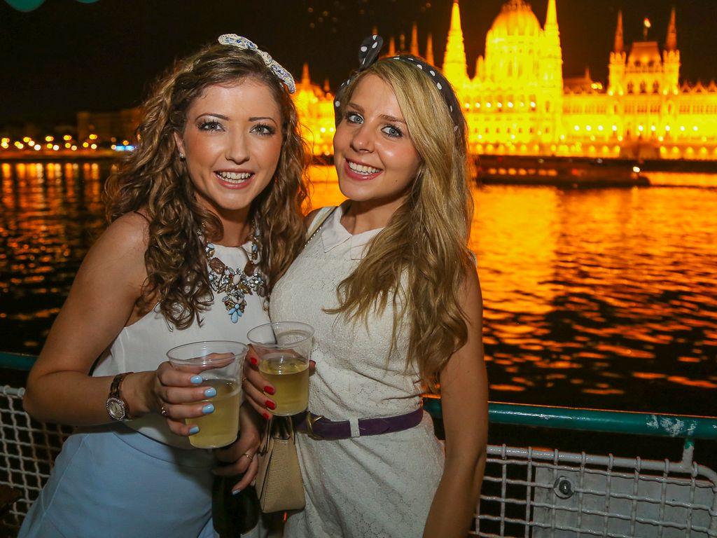 Romkocsmatúra Parti hajóval egybekötve/Pub Crawl with Party Cruise on the Danube