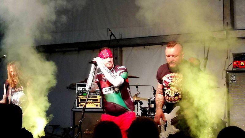 A fotó a zorallosok keménymagjának szervezett bringatúra alkalmával rendezett koncerten készült