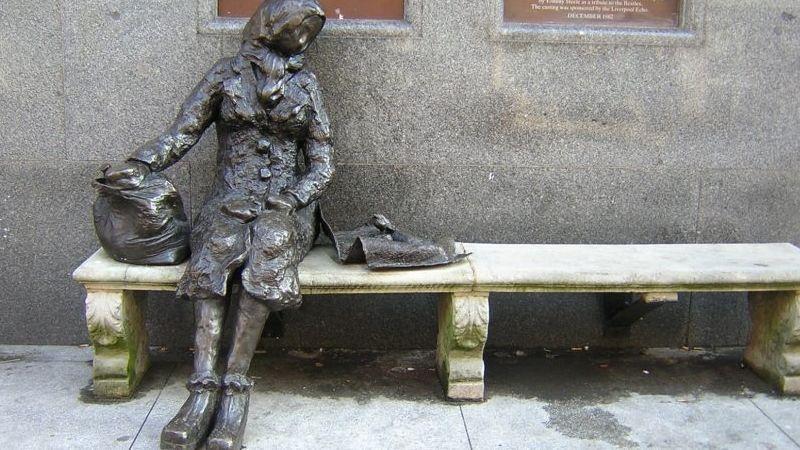 Az Eleanor Rigby-szobor Liverpoolban, a Stanley Streeten. Tommy Steele alkotása.