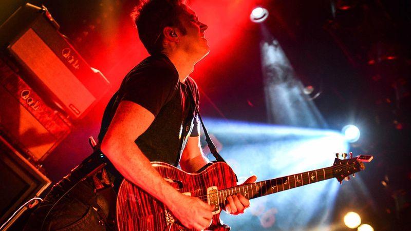 Északír ízes bluesok, virtuóz gitárjáték Jimi Hendrix és Gary Moore örökén: Magyarországon először a Simon McBride trió