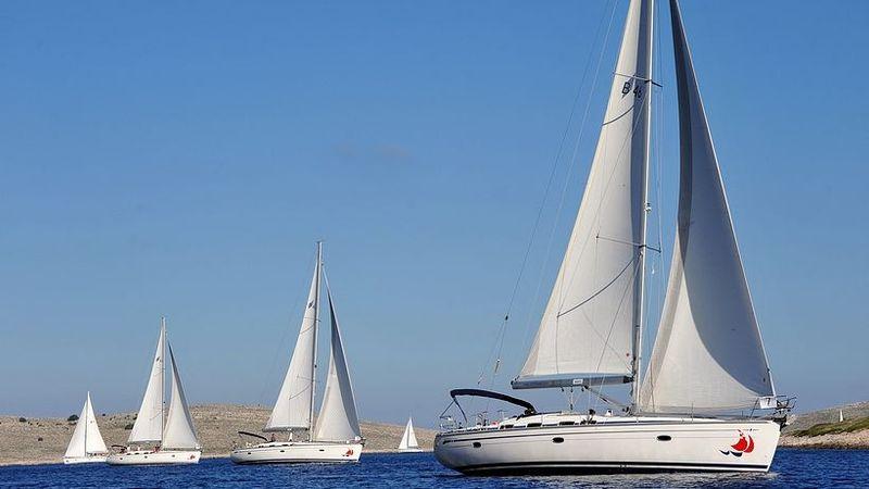 A Bavaria 46C típusú vitorlás jachtokon 8 fő (  kapitány) kényelmesen elfér a 2 személyes, francia-ágyas kabinokban.