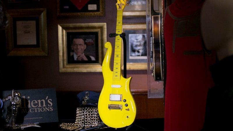 60 millióért kelt el Prince ikonikus sárga gitárja