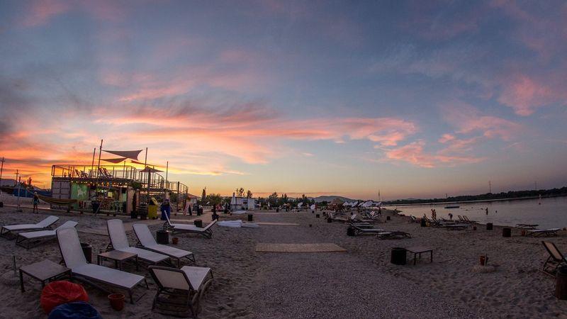 Tópart, fehér homok, naplemente, parti – a városhatártól egy ugrásra