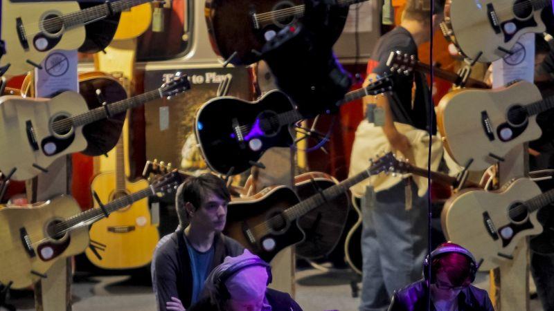 Barbaro Attila gitárját megharapta egy rajongó