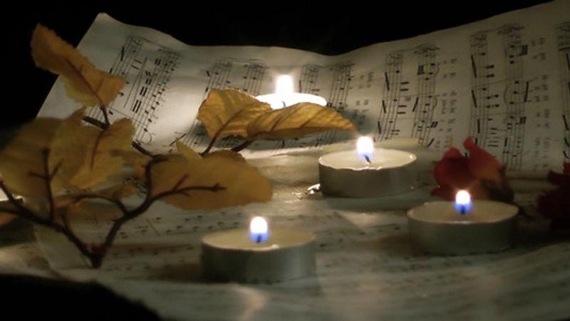 Mága Zoltán a temetőben ad koncertet