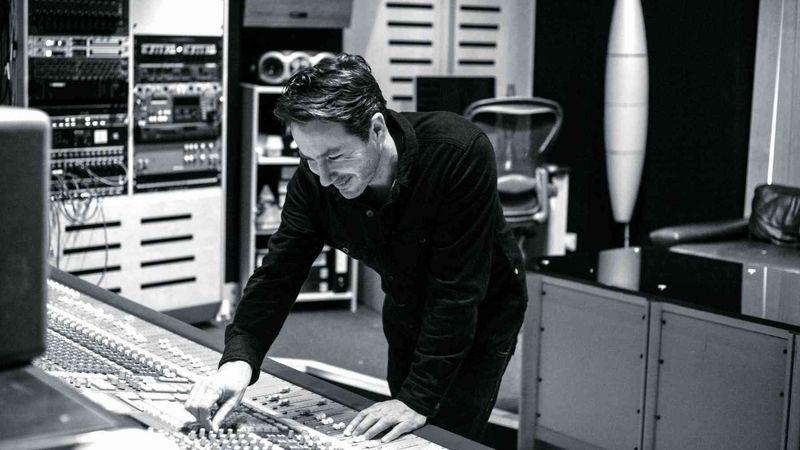Az ember, aki Grammy-díjat kapott a Mumford & Sons lemezének keveréséért, az A38-ra jön