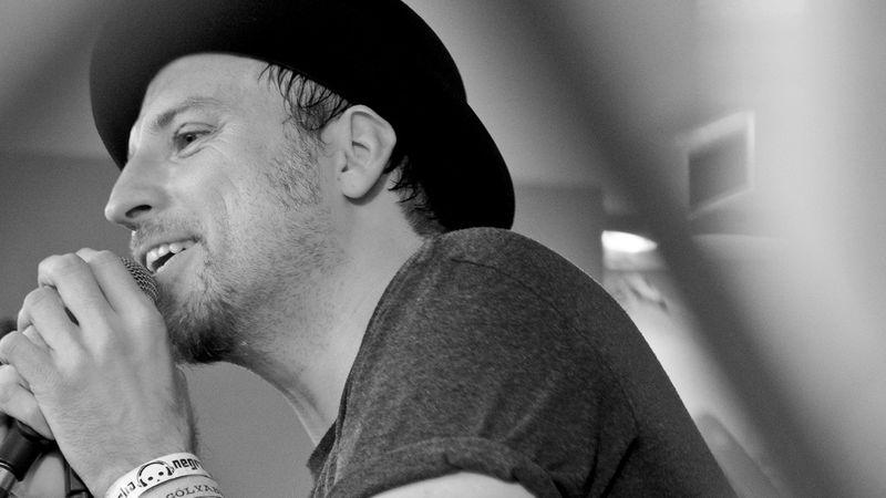 A kalap mögött rejtőző ember - beszélgetősdi Szepesi Mátyással, a Konyha zenekar frontemberével
