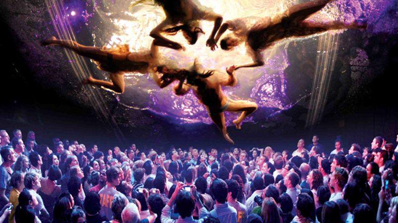 Óriási buborék fedi be a közönséget, s az égből emberek szállnak majd alá