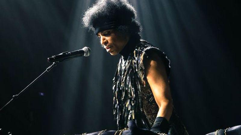 Prince egy szál zongorával turnézik Európában