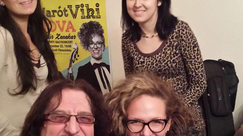 Marót Viki a testvérére, Flipper Öcsire is emlékezik karácsonyi koncertjén