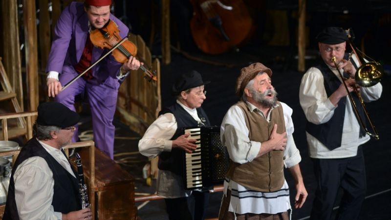 A Budapest Klezmer Band hegedül a háztetőn Belgrádban is
