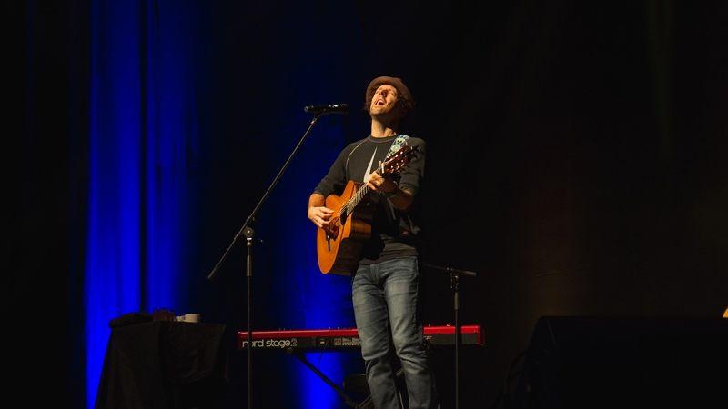 Leánykérés volt Jason Mraz budapesti koncertjén