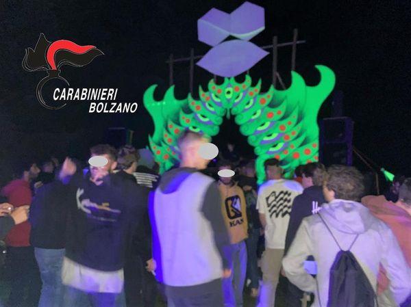 Rave party a Nova Levante interrotto daicarabinieri: presentioltre 150 persone