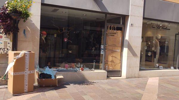 Spaccata notturna in un negozio di abbigliamento, fermato il presunto ladro